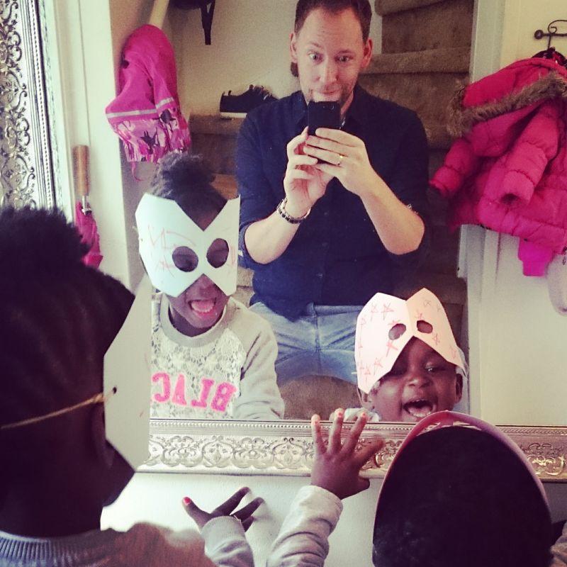 romke-met-twee-dochters-met-masker-voor-de-spiegel